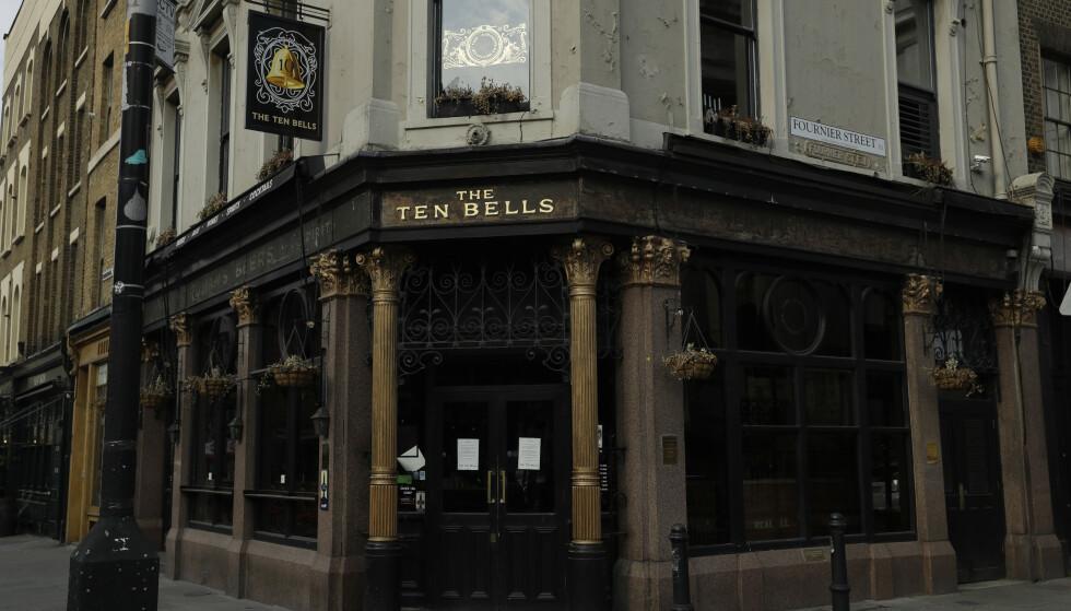 På 1970- og 80-tallet endret denne puben navn til The Jack the Ripper. Navnet er tilbake til det opprinnelige, Ten Bells. Flere av drapsofrene skal ha vært stamgjester her. Historien vil ha det til at også Jack the Ripper, hvem han nå var, må ha drukket sin pint på nabolagspuben. Foto: AP Photo/Matt Dunham/NTB Scanpix