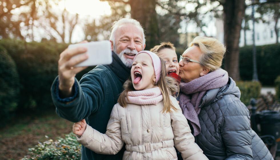 Barnebarna skjønner at besteforeldre bare er stolte. Men noen ganger blir det for mye bilder, ifølge Slettmeg.no. Illustrasjonsfoto: Shutterstock/NTB Scanpix