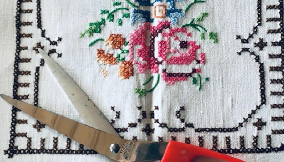 UNDER SAKSA? Vakre, håndbroderte duker blir i disse dager ofte sydd om til kjoler eller topper. Foto: Privat