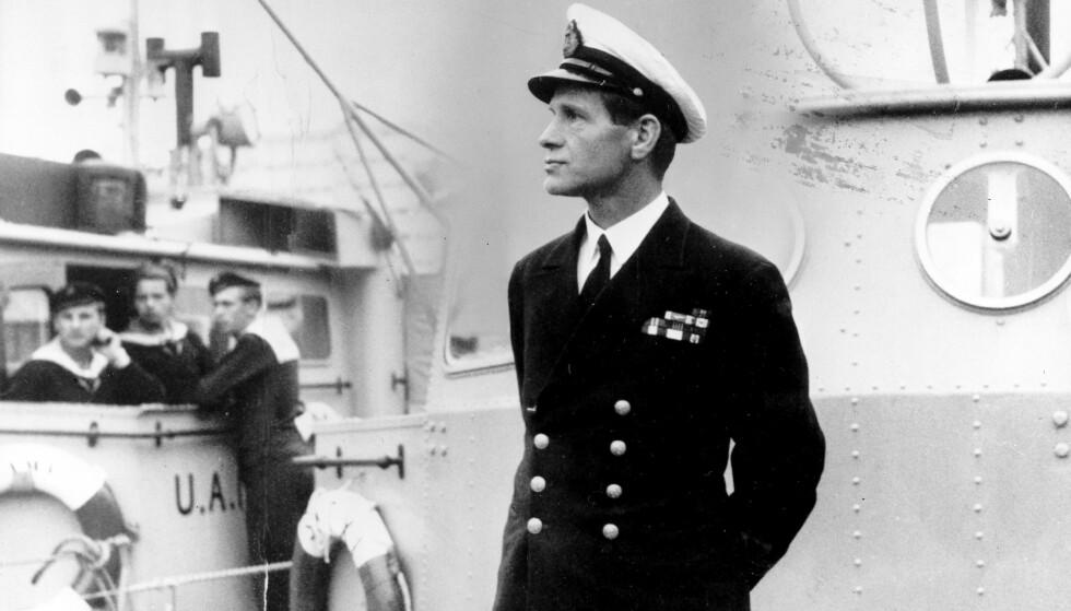 SJØOFFISER: Leif Andreas Larsen, også kalt Shetlands-Larsen krysset Nordsjøen 52 ganger med agenter, flyktninger og våpen. Her er han fotografert i 1952. Foto: NTB Scanpix