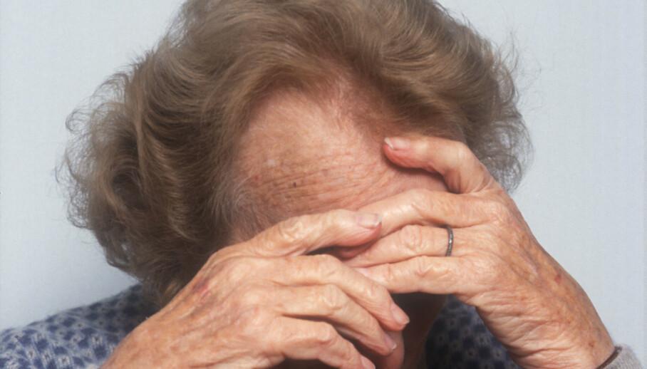 LEVE MED USYNLIG SYKDOM: Personer som har fått demens kan bli deprimerte av å ikke få til det de fikk til tidligere. For personer med demens er det spesielt viktig å være fysisk, psykisk og sosialt aktiv. Foto: REX NTB Scanpix