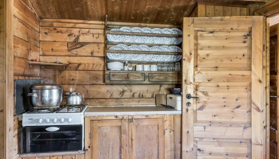 Kjøkkenet er vakkert og rustikt, men enkelt. Her finnes ikke innlagt vann. Foto: Inviso as/Tor Solberg