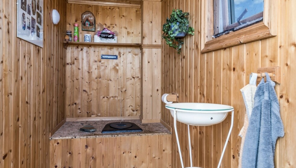 - Dette er ingen typisk hytte på Beitostølen, beskriver megleren. Strenge kommunale restriksjoner gjør at utedoen ikke kan erstattes med innendørs bad. Foto: Inviso as/Tor Solberg