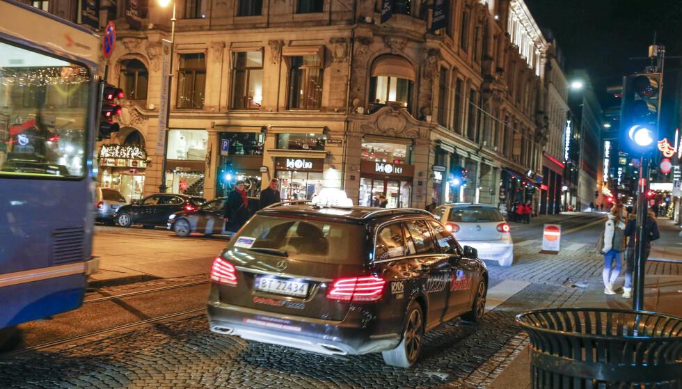 KUNDE MED DEMENS: Taxisjåføren tok seg god tid til å snakke med kvinnen som hadde demens. Etter å ha snakket rolig med henne kjørte han henne hjem. Illustrasjonsfoto: Terje Bendiksby NTB