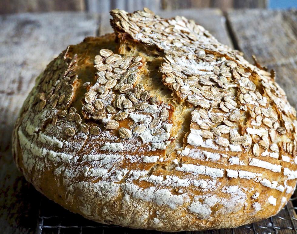 Fem minutters aktiv baketid er alt som skal til for å kunne servere et brød som er sprøtt utenpå, luftig inni, og helt hjemmebakt. Foto: Ina-Janine Johnsen/Mat på bordet