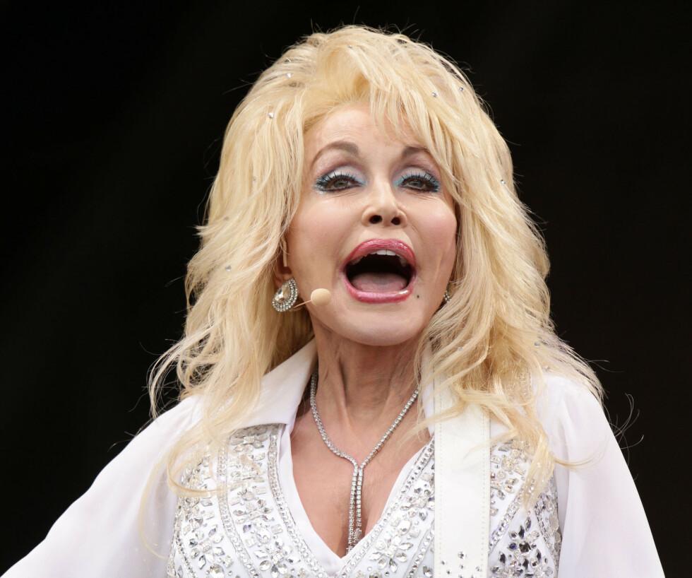 STILL GOING STRONG: Dolly Parton er evig aktuell. Nå vurderer hun å markere sin egen 75-årsdag med å posere for Playboy. Foto: NTB