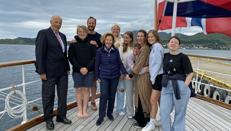 SOMMERFERIE: Kongefamilien på akterdekket på K/S Norge tidligere i sommer. Foto: Elin Rønning/Det kongelige hoff