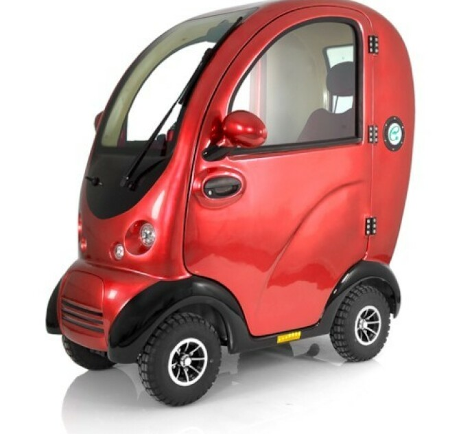 UTEN FØRERKORT: Blimo Kabinscooter Plus er en elektrisk scooter med en toppfart på rundt 15 kilometer i timen. Rekkevidden er på opptil 40 kilometer. Ifølge produsenten kreves det ikke førerkort for å kjøre denne, og du kan også kjøre den der det er bil og sykkelforbud. Husk at makshastighet i Norge er på 10 kilometer i timen. Du kan få produsenten til å kvele den slik at makshastigheten på kjøretøyet følger norsk lov. Foto: Blimo.no