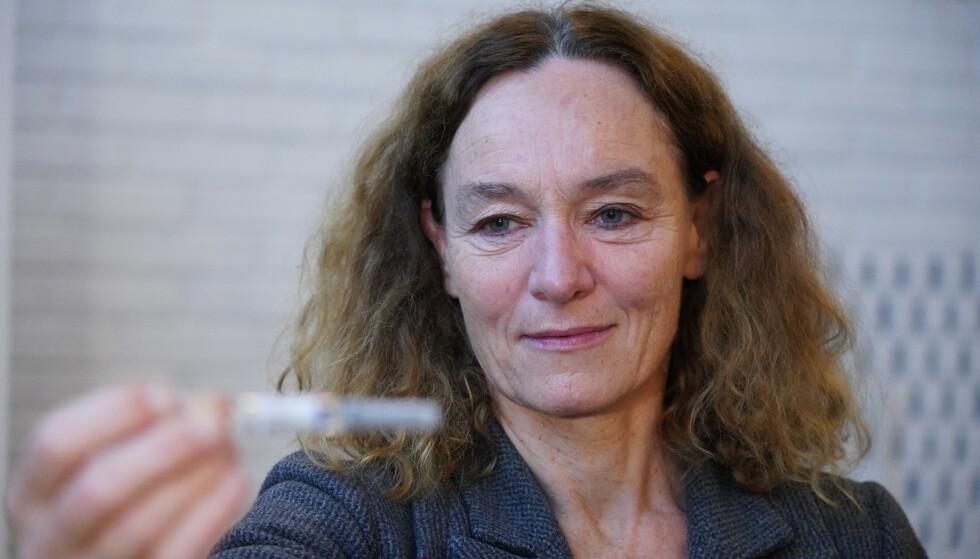 Direktør for Folkehelseinstituttet Camilla Stoltenberg med årets influensavaksine. Foto: Ole Berg-Rusten / NTB