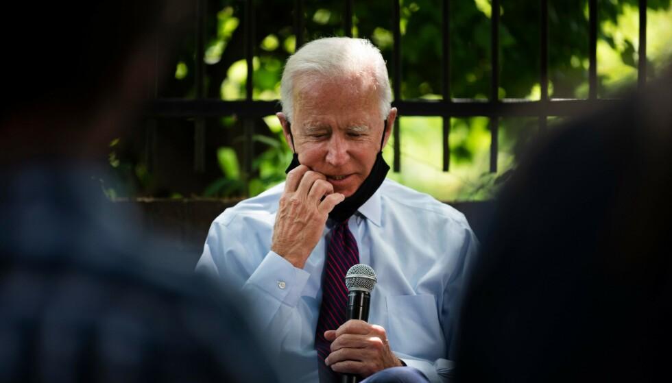 Demokratenes presidentkandidat Joe Biden bruker munnbind, men han justerer det til stadighet med hendene og tar det gjerne av og på igjen. Helt i strid med retningslinjer for riktig bruk. Foto: JIM WATSON/AFP/NTB