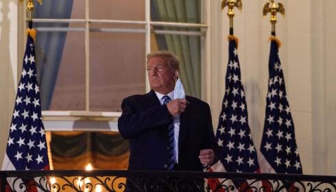 President Donald Trump fjerner munnbindet demonstrativt så snart han ankommer Det hvite hus etter å ha vært innlagt med covid-19. Foto: NICHOLAS KAMM/AFP/NTB