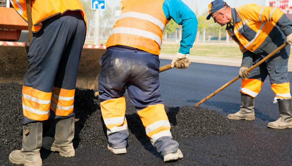 Tilrettelegging for ansatte med kneskade lar seg ikke gjøre når jobben din er å legge asfalt. Illustrasjonsfoto: Shutterstock/NTB