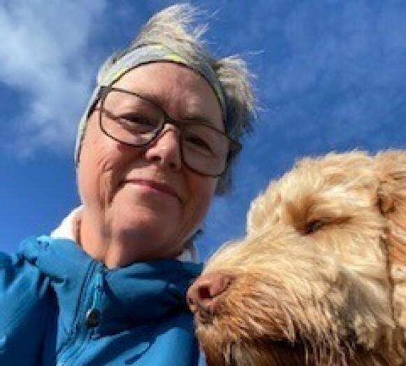 For Anita Hansen (60) har riktig behandling betydd en helt ny frihet til å gå på turer med hunden, være aktiv med familien og gå på besøk - aktiviteter som de fleste av oss tar for gitt. Foto: Privat