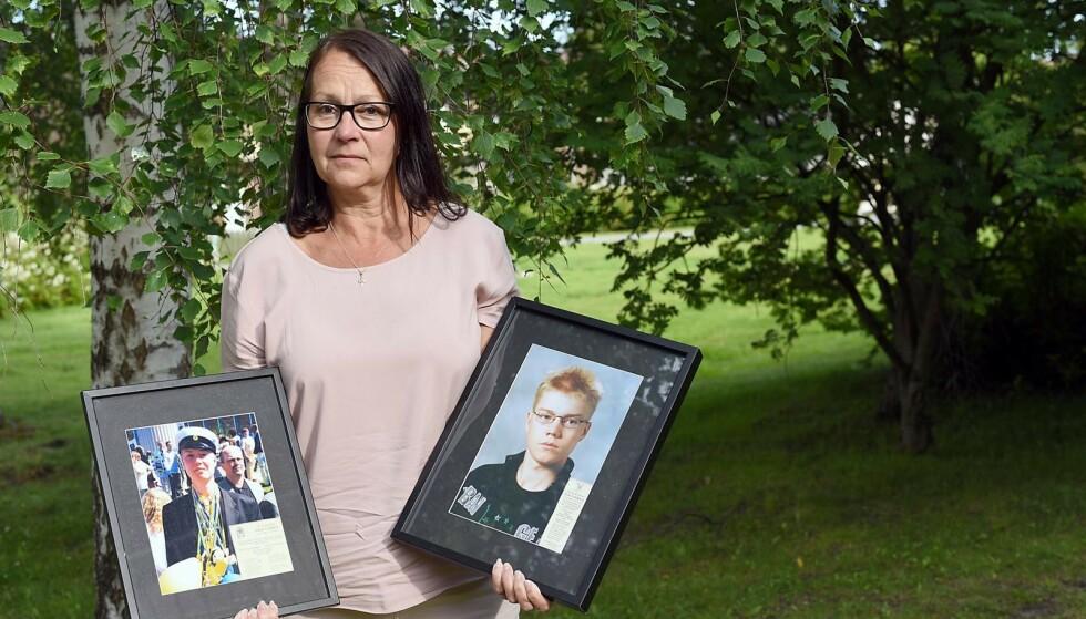 Bildene av Johan og Jens står framme. I nakken har Carina tatovert navnene på sine fire barn. Hun vil alltid være firebarnsmor, selv om to av barna hennes ikke lenger lever. Foto: Birgitta Lindwall Wiik