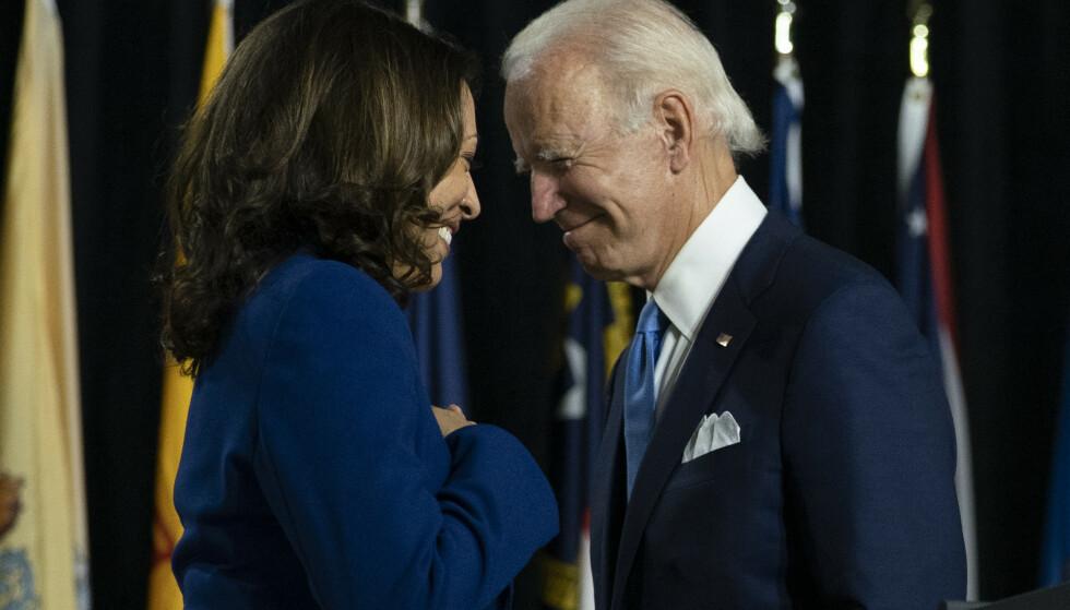 MULIGHETER: - Jeg er den første kvinnen valgt til dette embetet, men jeg vil ikke bli den siste. Fordi enhver liten jente som ser på i kveld, ser at dette er et land av muligheter, sa Harris under sin takketale. Her er hun sammen med Joe Biden under presidentkampanjen. Foto: AP /Carolyn Kaster /NTB