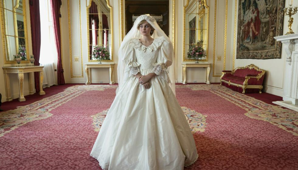 STERK OPPLEVELSE: Emma Corrin (24) under innspilling av scenen der hun ble giftet inn i Windsor-familien. Foto: Des Willie /Netflix/ AP/NTB