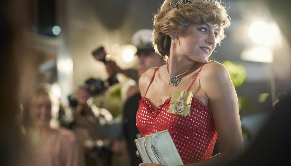 STJERNE: Prinsesse Diana ble hele verdens yndling da hun giftet seg med prins Charles. Her er Emma Corrin (24) avbildet i rollen som Diana. Foto: Des Willie/Netflix/AP/NTB