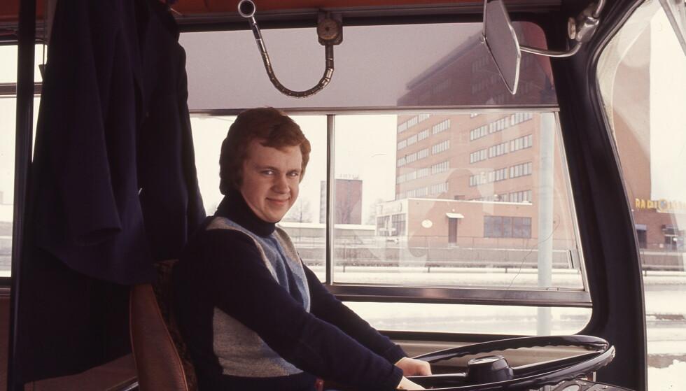 STOR LIDENSKAP: Lasse Olsens store lidenskap gjennom hele livet var busser. Gjennom livet, i alle ferier reiste han rundt for å fotografere dem. Foto: Privat/NRK