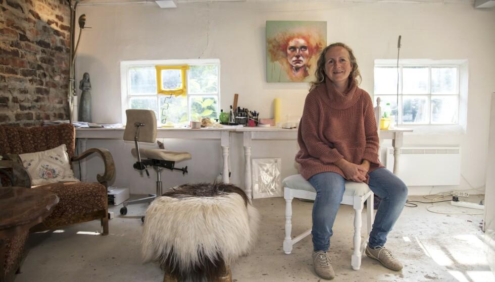 Arbeidsrom: Nina har innredet atelier i den gamle løa hjemme i Vats. Foto: Irene Jacobsen