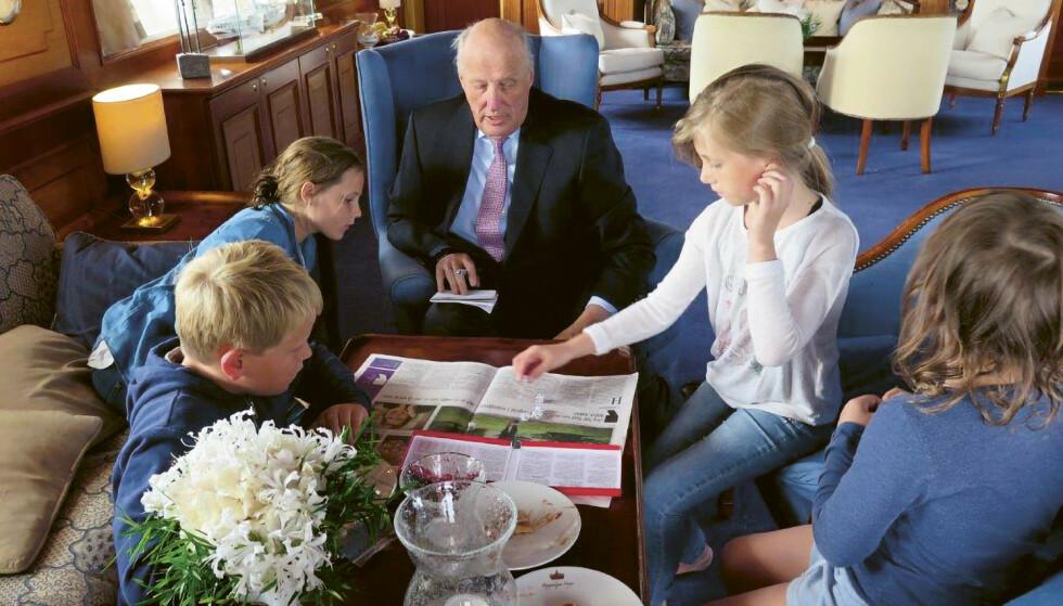 EN VANLIG BESTEFAR: Kong Harald spiller Yatzy med barnebarna på kongeskipet. Foto: Dronning Sonja