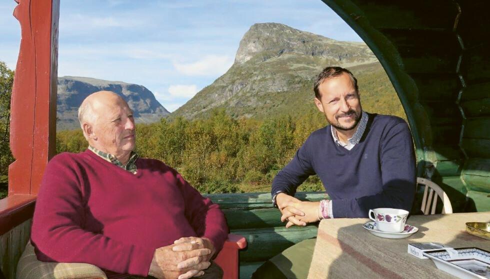 NÆRT FORHOLD: Kong Harald og kronprins Haakon på hytta. Ifølge Harald Stanghelle var det rørende å høre hvordan kongen beskrev forholdet til sin sønn. Foto: Dronning Sonja