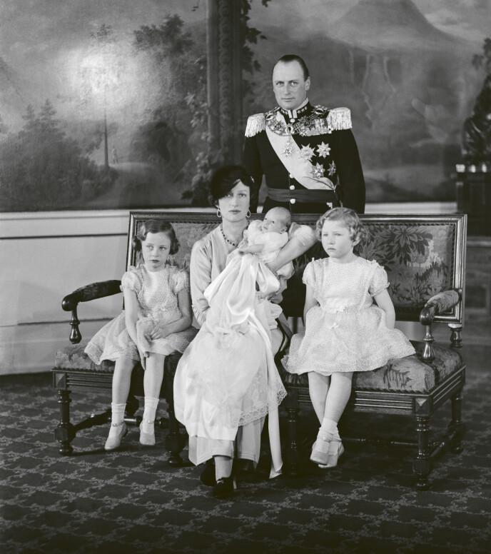 DÅP: Prins Harald med familien på dåpsdagen. Foto: Ernst Rude / De kongelige samlinger