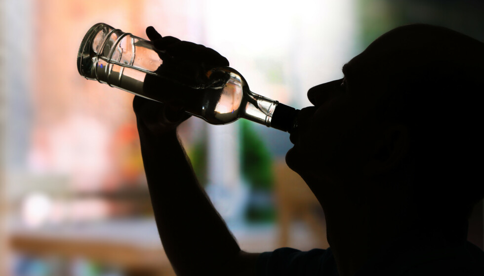 SKAMBELAGT: For den eldre befolkningen er det mer skam knyttet til å drikke alkohol. Eldres alkoholkonsum foregår mer skjult enn de unges. Foto: Shutterstock / NTB