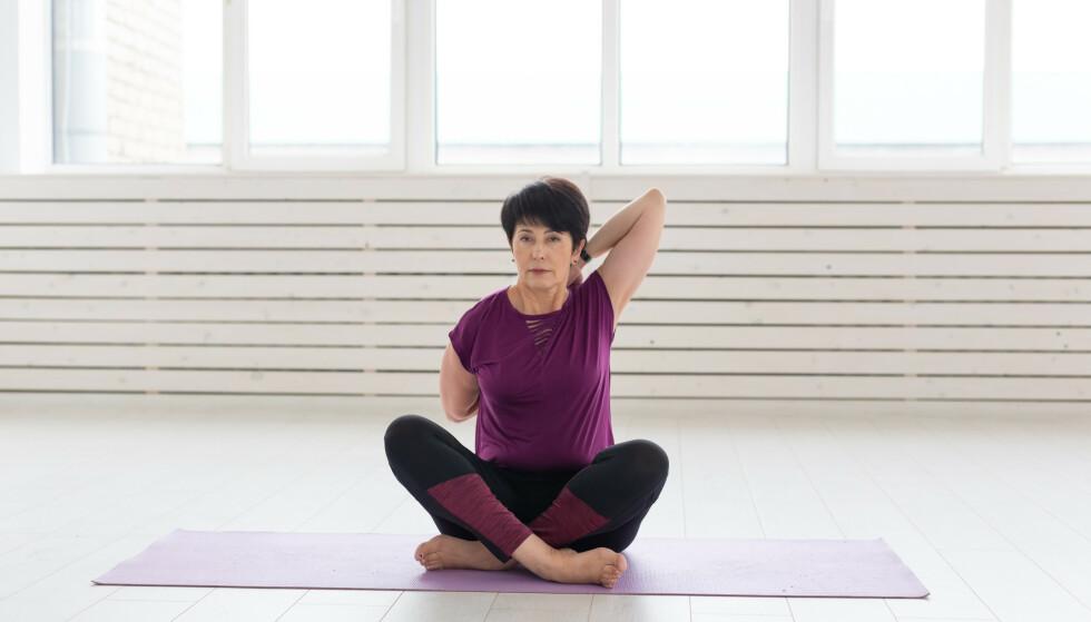 Slik folder du hendene på ryggen. Du kan gjøre denne øvelsen sittende eller stående. Illustrasjonsfoto: Shutterstock/NTB