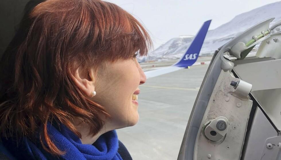 Now boarding: Flyvertinnen Marit klar til å ta imot passasjerer til en avgang. Foto: Otto von Münchow
