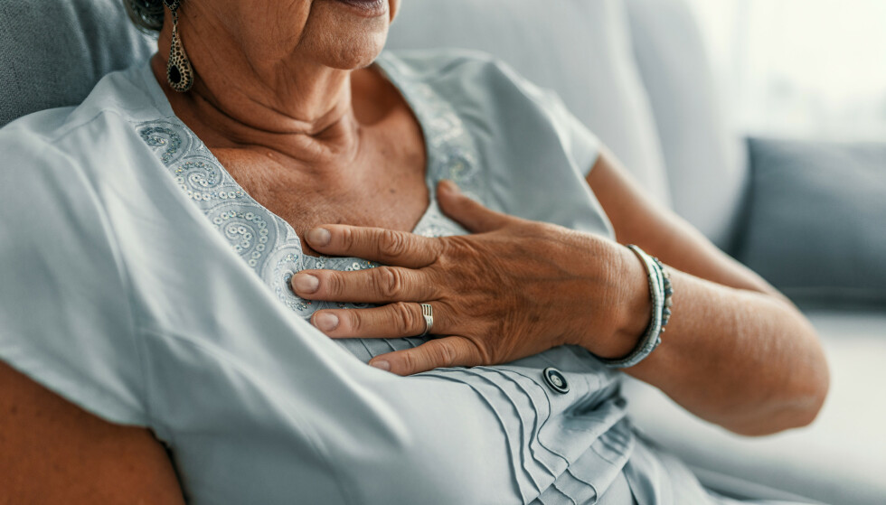 MISFORSTÅS: Kvinner får senere hjelp med hjerteproblemer enn menn. Ofte oppfattes smertene som psykisk betinget eller som muskulære smerter. Foto: NTB Shutterstock
