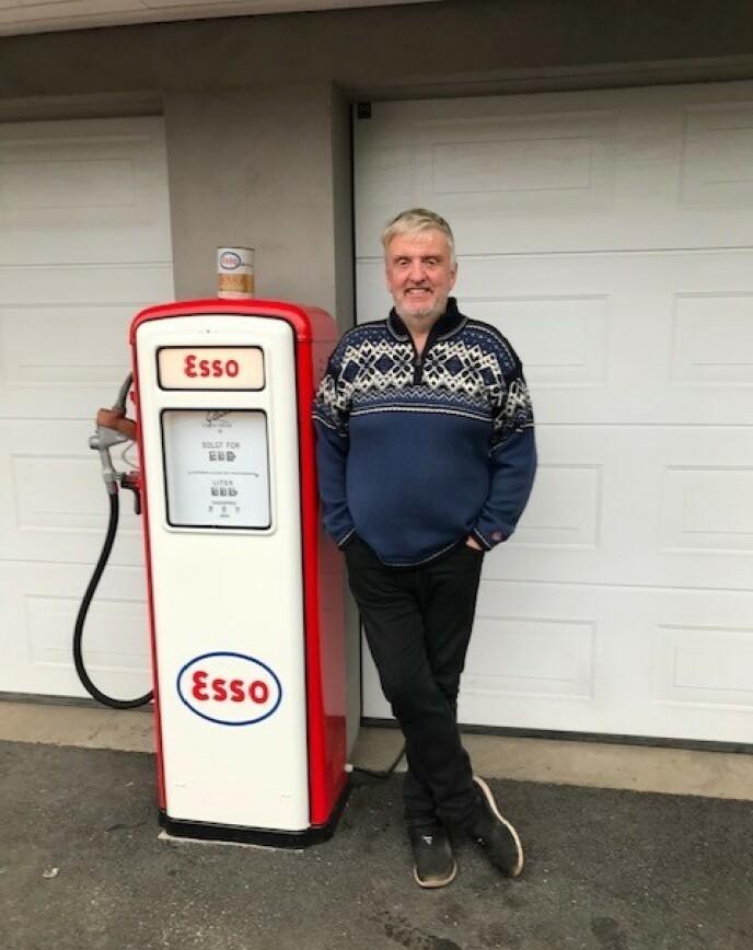 LIDENSKAP: Gamle biler og bensinpumper er Rune Nilsens store lidenskap. Arven etter Tore Jan kommer godt med til å dyrke hobbyen. - Jeg skulle gjerne ha truffet Tore Jan i dag, sier han. Foto: Privat