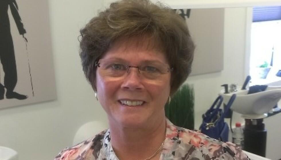 GIKK UT OVER SELVFØLELSEN: Kari Sande (74) vil bryte tabuer knyttet til hårtap blant kvinner. I mange år gikk hun med svært lite hår på hodet. Nå får hun montert permanente hårdeler én gang i måneden. Foto: Privat