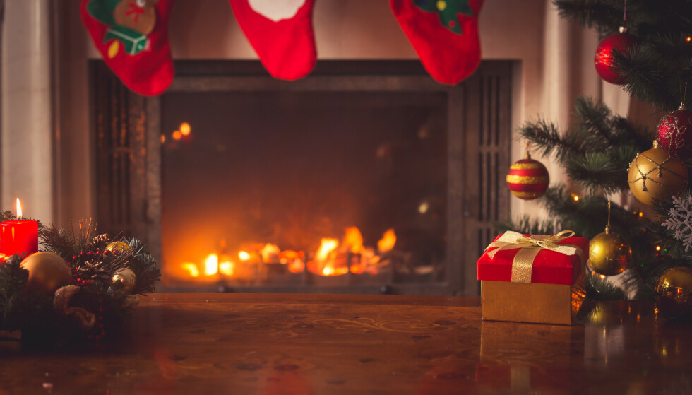 TRIGGER ALLERGI: Juledekorasjoner, flammer i peisen, levende lys og pollen på juletreet kan gjøre jula lite koselig for allergikere, men det finnes råd for å få en hyggelig jul for alle. Foto: NTB Shutterstock