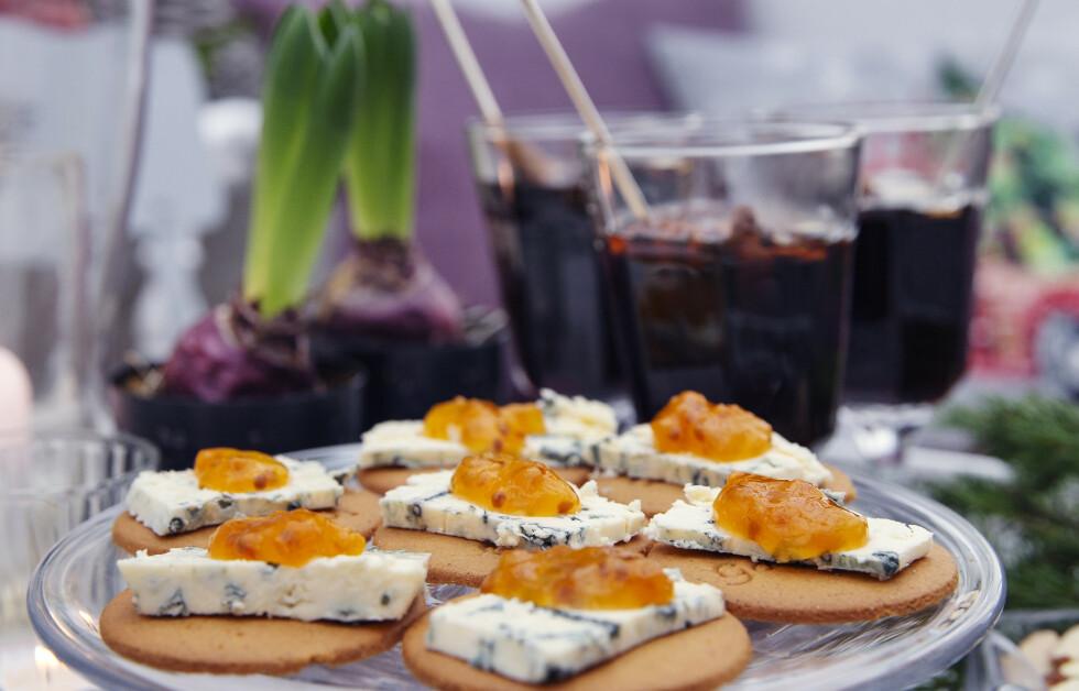 GLØGG OG PEPPERKAKER: En varm, krydret gløgg er perfekt å servere til pepperkaker med blåmuggost og litt multesyltetøy. Foto: Yvonne Wilhelmsen