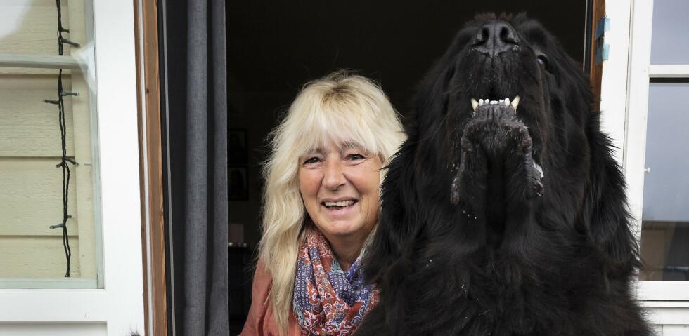 Aina Folvik bor sammen med tre hunder, tre katter, en papegøye og en datter som snart skal forlate redet. Foto: Werner Juvik