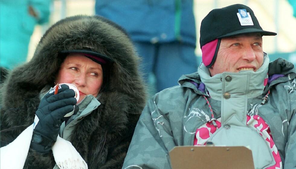 I NORSK DESIGN: Kong Harald og dronning Sonja under super-G på Kvitfjell. Kong Harald har på seg den offisielle OL-jakka som selgere nå ønsker flere tusen kroner for. Foto: Jan Greve NTB