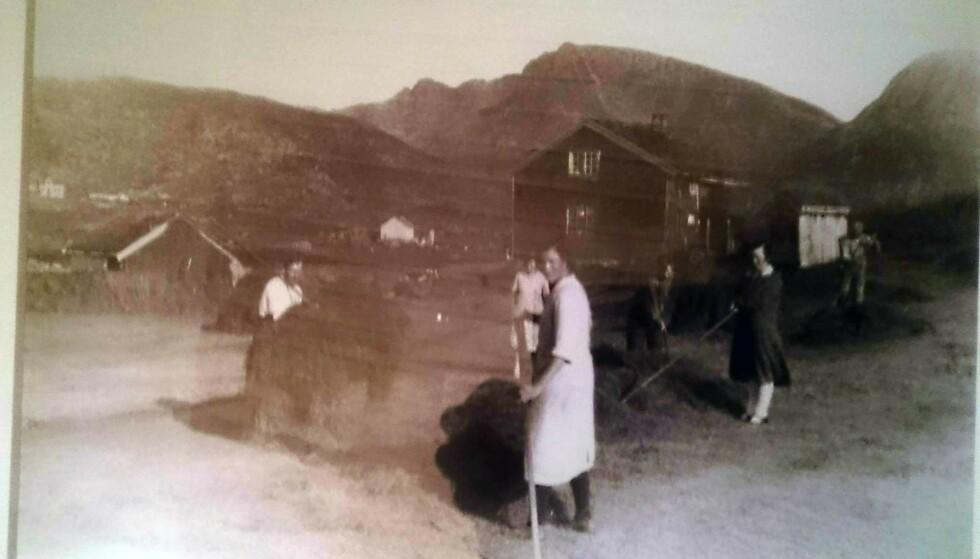 ARBEIDSJERN: Anny (som står i hvitt i fronten av bildet) drev gård alene og var et arbeidsjern. Foto: Privat / Frank Grundstad