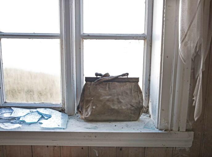 FRA ET LIV: En gammel håndveske står igjen. Hvem var Anny som brukte veska? Foto: Britt Marie Bye