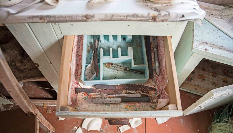 FLERE TIÅR: Annys bestikk i kjøkkenskuffen har ligget på samme plass i flere tiår. Foto: Britt Marie Bye
