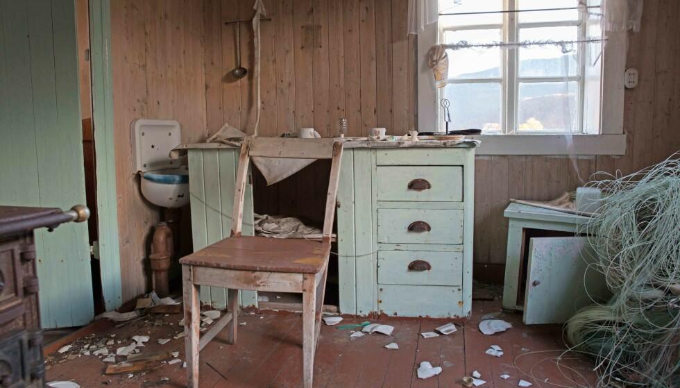 FIKK IKKE STÅ I FRED: Huset til Anny er slitt ned av vær og mennesker. Foto: Britt Marie Bye