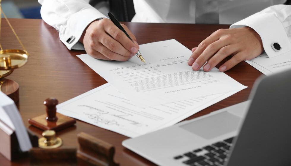 GAMMELT TESTAMENTE: Mange skriver testament så seint at arvingene kan stille spørsmål ved om arvelater var ved sine fulle fem, mens andre skriver så tidlig at noen av punktene ikke lenger gjelder når arven skal gjøres opp. Illustrasjonsfoto: Shutterstock/NTB