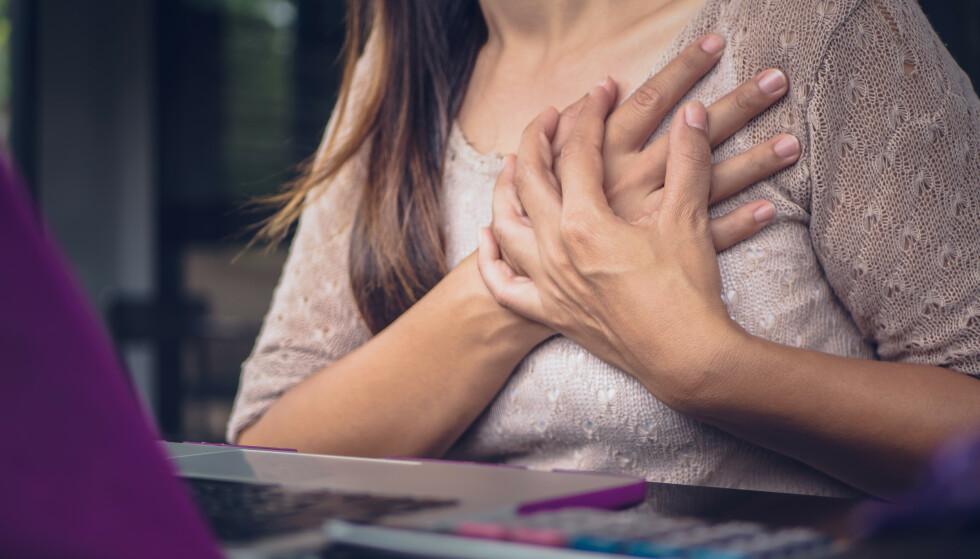 BEHANDLING VIKTIG: Brystsmerter og høy puls er blant symptomene på hjerteflimmer. - Jo lenger du går med hjerteflimmer før du får behandling, jo vanskeligere er det å bli kvitt det. Mange vil nok bortforklare symptomene med at de har lagt på seg og at de bare har kommet i dårlig form, sier Eva Gerdts, professer i hjertemedisin. Foto: Shutterstock/NTB