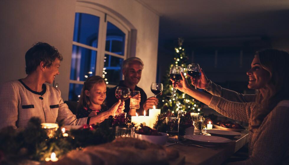 SAMLES RUNDT BORDET: Julemiddagen er viktig for oss, men det er gode råd å følge for å unngå overspising. Foto: Shutterstock NTB