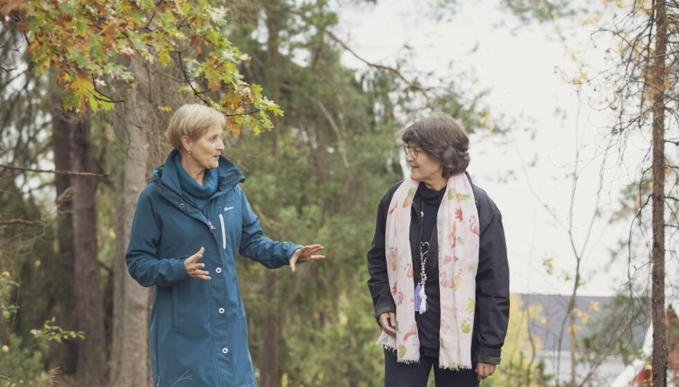PÅ TUR: Nina Laudal tar gjerne en tur med veileder Lian Kirksæther. Å prate ute i naturen gir et løft. Foto: Ellen Jarli
