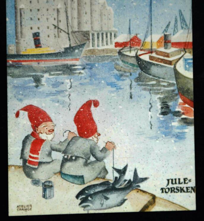 JUL I OSLO står det øverst på dette gamle kortet. To nisser sitter og fisker juletorsken. Foto: Knut Falch/NTB