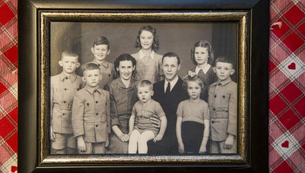 Familiebilde: Portrett av Sigurd og Margit, Karls besteforeldre, med deres åtte barn. Jens Petter, faren til Karl, står framme til venstre ved siden av Margit. Foto: Siv-Elin Nærø