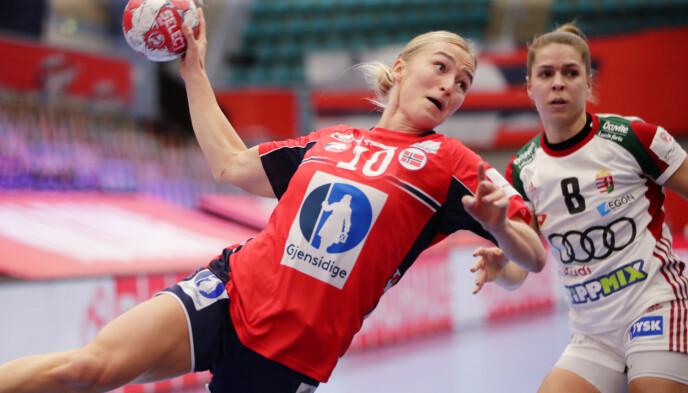 GÅR FOR SEIER: Stine Bredal Oftedal under kampen mellom Norge og Ungarn. Foto: Vidar Ruud NTB