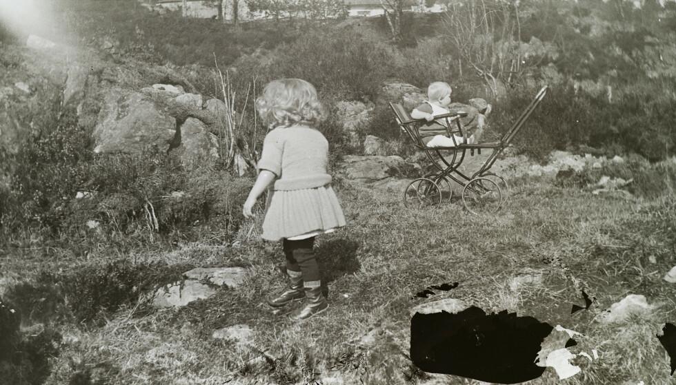 BORTE FRA FORELDRENE: To romanibarn fotografert på Askviknes barnehjem i Os i 1933. Foreldrene skulle ikke vite hvor de var. Foto: Riksarkivet