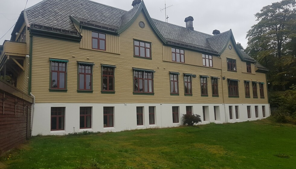 VOND HISTORIE: Innenfor disse veggene ble Askviknes barnehjem i Os i Hordaland drevet av Norsk Misjon Blant Hjemløse. Barna her fikk dårlig stell og ble utsatt for vold og seksuelle overgrep. Foto: Ingebjørg Engel Astrup