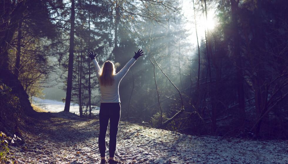 EGENMESTRING: Sett av tid til noe som gjør deg glad! råder fastlegen. Frisk luft, dagslys og aktivitet er viktige stikkord. - Ingen trenger å jogge nå, men en spasertur er fint! Illustrasjonsfoto: Shutterstock/NTB